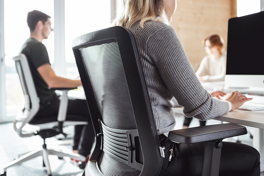 Adjust the backrest of your Yaasa Chair according to your preferences. You can sit upright or lean back.