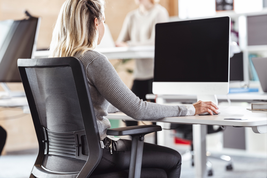 Sitting on an ergonomic chair and working on a sit-stand-desk reduce shoulder pain and back pain.